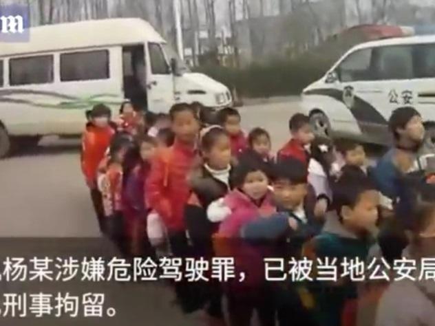Маршрутка по-китайски: в19-местный микроавтобус запихали 74 ребёнка издетсада
