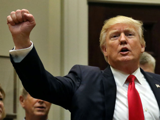 Трамп принял решение закрыть суд, который заблокировал его указы