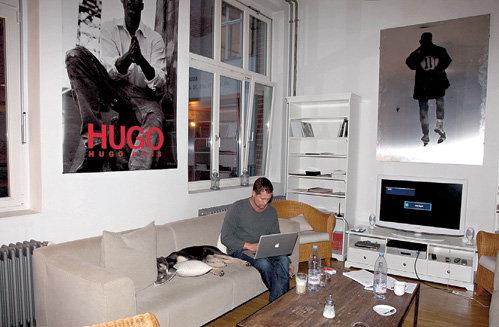 Плакаты на стенах - как биографические вехи: к примеру, ШВАЙГЕР некоторое время был «лицом» модельного дома «Хьюго Босс» (постер слева)