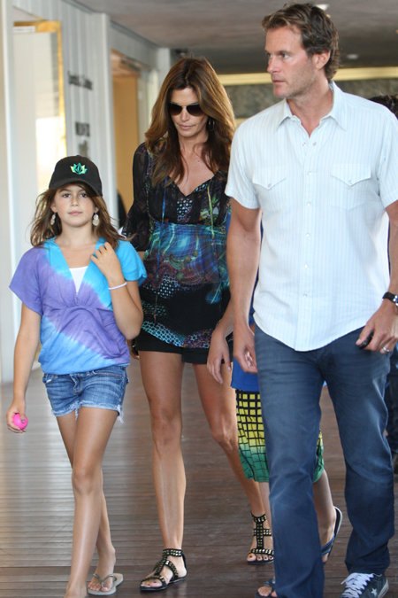 Синди с семьей во время прогулки в Малибу. Фото: Splash/All Over Press