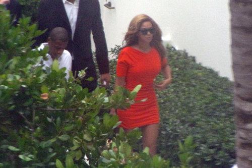 Певицу и ее мужа сняли во время прогулки в Майами - они отправились пообедать. Фото: Splash/All Over Press