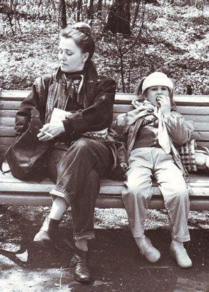 Маленькая Марьяна любила гулять со знаменитой бабушкой в парке