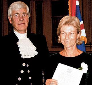 Во время торжественной церемония принятия подданства Елена ДАВЫДОВА-ХАРВУД в присутствии главного представителя Её Величества в графстве Дорсет принесла клятву королеве и стала полноправной британкой
