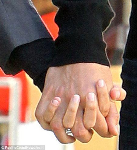 На пальчике Маши красуется колечко с внушительным бриллиантом