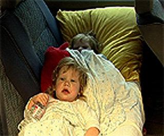 Вика и Лера двойняшки хоть и устают от постоянного кружения на автомобиле по пыльному городу, но предпочитают быть с мамой, а не в детском доме под опекой чужой тёти