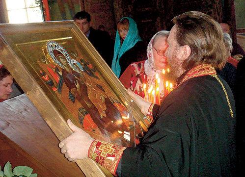 Когда на Рублевку привезли икону «Всецарица», лечащую от онкологии, РАСПУТИНА стояла в церкви в первом ряду