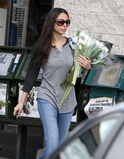 С утра Оксана купила несколько букетов тюльпанов, чтобы украсить дом. Фото: Radaronline.com