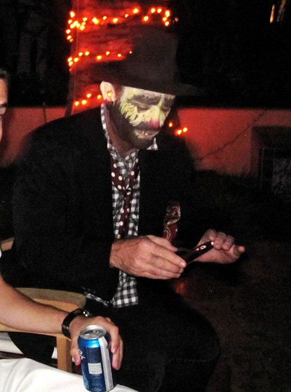 В образе грустного клоуна ГИБСОН пришело на вечеринку к Дэвиду АРКЕТТУ. Фото: Radaronline.com