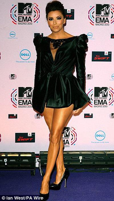 Ева ЛОНГОРИЯ переодевалась целых 10 раз - то в черное платье в стиле Виктории БЕКХЭМ...