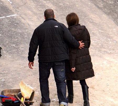 А во время совместных прогулок он нежно приобнимает Анджелину...