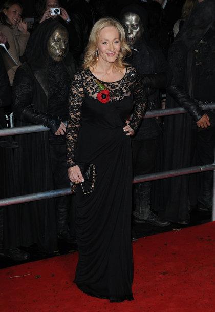 Писательница Джоан РОУЛИНГ, как и Эмма, появилась на премьере в черном платье с кружевом.