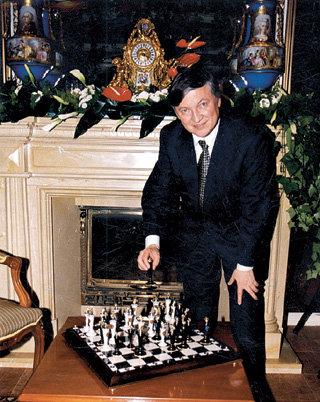 Двенадцатый чемпион мира по шахматам Анатолий КАРПОВ даже на даче норовит съесть какую-нибудь фигуру