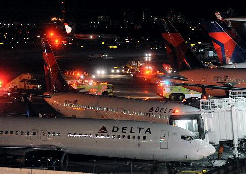 евый двигатель лайнера авиакомпании Delta загорелся при взлёте. Фото: NewYork Daily News.