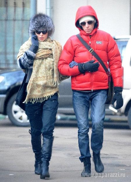 Влюблённые чинно прогуливались, держась под ручку - фото paparazzi.ru