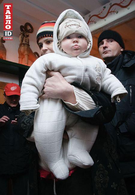 Жена Олега держит на руках 5-месячную малышку