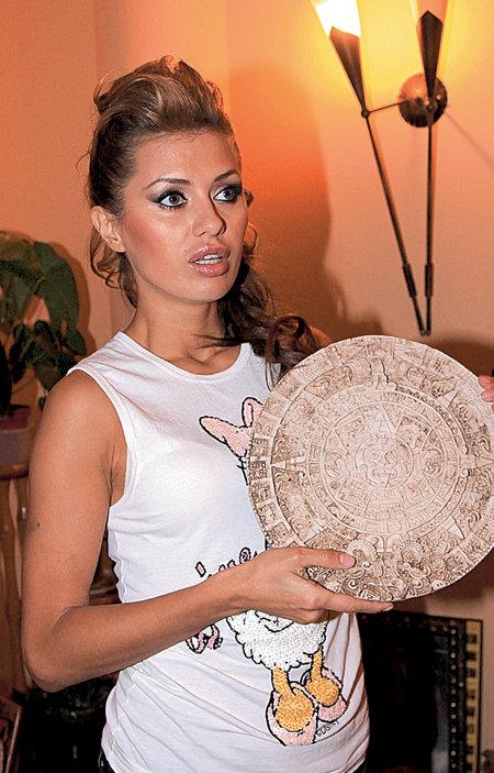Дома у телеведущей есть даже календарь индейцев майя