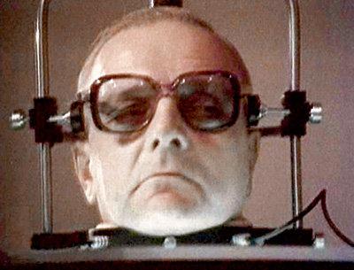В фильме «Завещание профессора Доуэля» врач-преступник пришивал к погибшим телам «живые» головы. Гибрид прекрасно функционировал! (На фото Ольгерт КРОДЕРС в роли Доуэля)