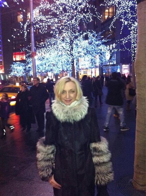 В бледной и уставшей женищне, гуляющей по улицам Нью-Йорка, трудно узнать яркую и эффектную звезду