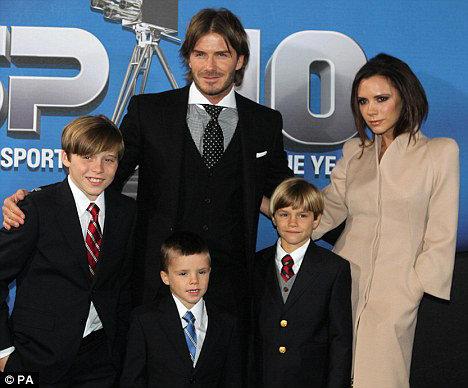 Дэвид и Виктория БЭКХЕМ с сыновьями