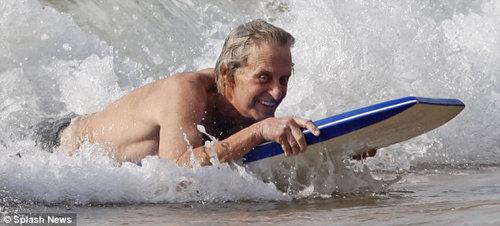 Актёр пытается плавать на доске