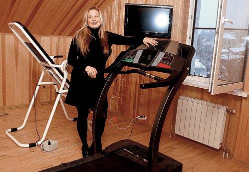 Во время занятий на беговой дорожке удобно наблюдать в окно за рублёвской жизнью