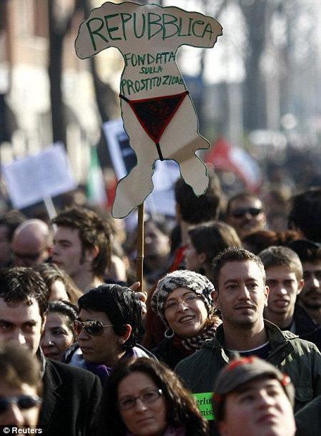 Демонстранты в Милане - республика, основанная на проституции