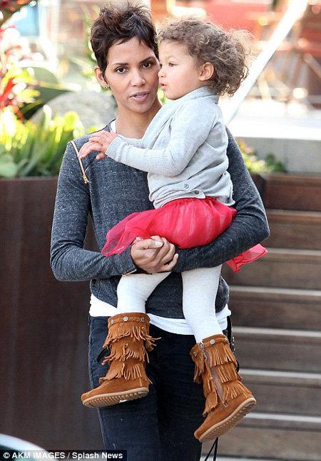 Холли БЕРРИ с дочкой НАЛОЙ - фото Daily Mail