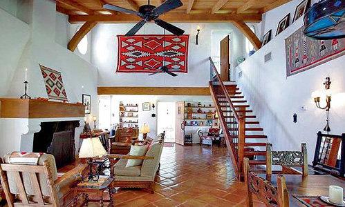 Дом обставлен и декорирован весьма стильно