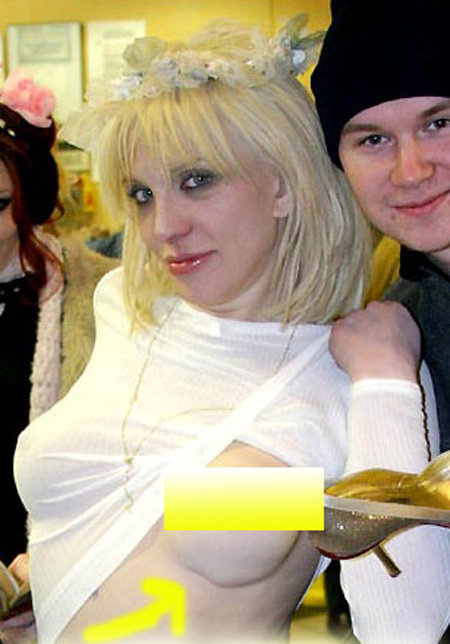 Американские папарацци окрестили грудь Кортни ЛАВ «гофрированной»