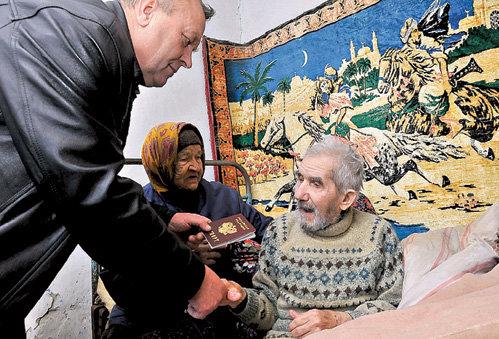 Первое в жизни удостоверение личности ветеран войны Александр АРЕФЬЕВ получил из рук главы поселения Анатолия КОЛОБОВА