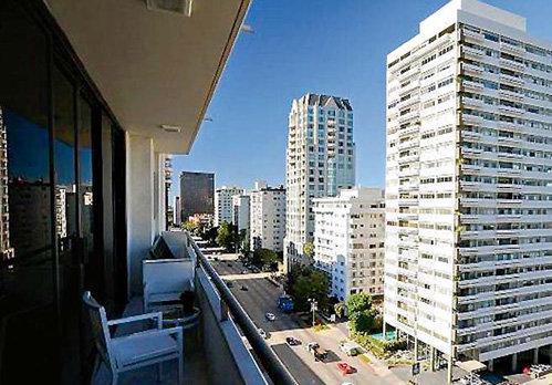 Новая квартира певца находится в доме на оживленной улице западного Лос-Анджелеса