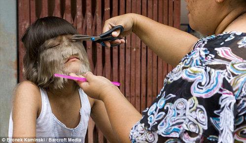 Девочке приходится терпеть регулярные стрижки волос на лице