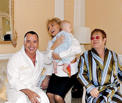 Несвятое семейство: Дэвид ФЕРНИШ, нянечка с Закарией и сэр Элтон