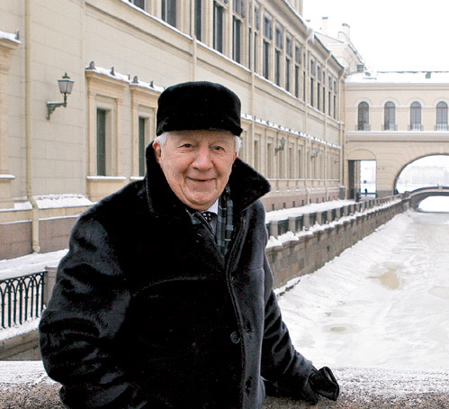 Георгий Антонович у Зимней канавки в Петербурге