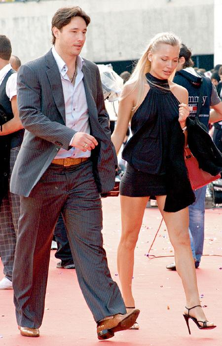Николь своими нарядами соблазняет мужа даже на улице