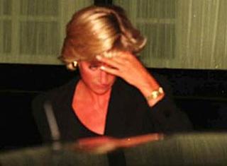 Последний снимок Дианы: принцесса садится в машину, в которой погибнет. Фото: Daily Mail
