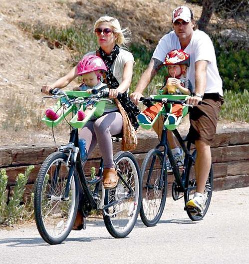 Уже осенью Тори СПЕЛЛИНГ, Дин МАКДЕРМОТТ и все их отпрыски на двух велосипедах не усядутся