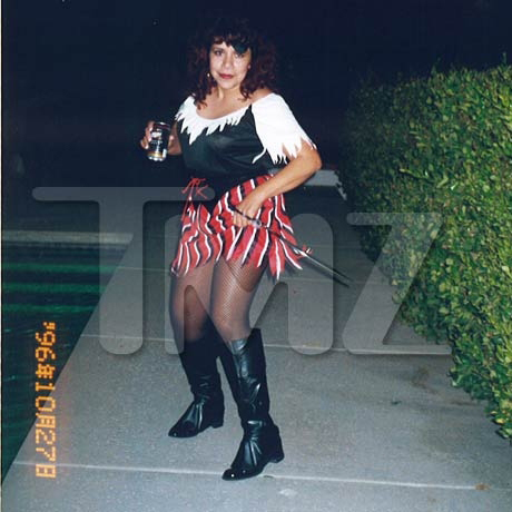 Молодая Милдред БАЕНА в костюме прекрасной пиратши: так вот чем она зацепила