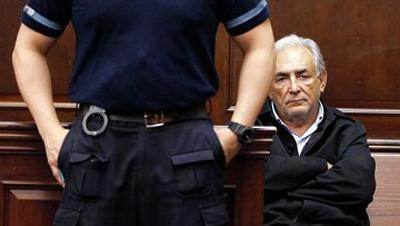 Доминик СТРОСС-КАН в зале суда. Фото: Daily Mail.