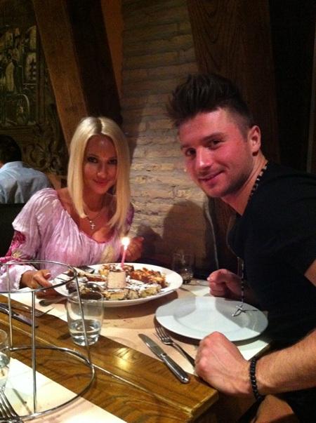 Телеведущая и её жених Сергей ЛАЗАРЕВ отметили день рождения скромным пирожным с одной свечкой...
