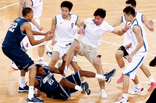 Китайцы показали американцам, что в баскетболе для победы ноги важны не меньше, чем руки