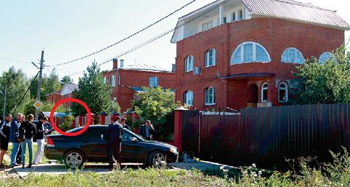 Киллер прятался за кустом соседнего дома. Когда градоначальник сел в свой автомобиль «вольво», припаркованный у дома отца, убийца пять раз выстрелил в мэра через боковое стекло машины (фото РИА-Новости)