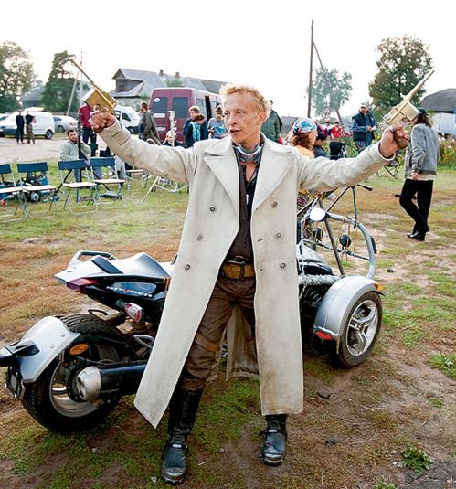 В новом фильме Иван не только стреляет, но и гоняет на мотоцикле