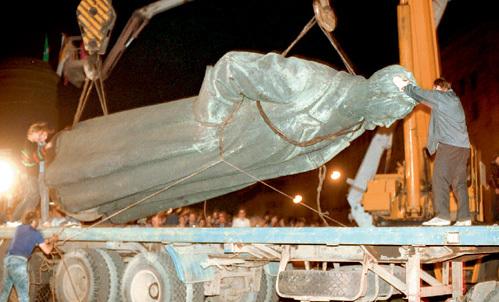 Прожектора Лубянки освещали глумление над памятью первого чекиста России. Но знаменитый памятник Феликсу ДЗЕРЖИНСКОМУ работы ВУЧЕТИЧА восстановлен и в будущем может быть установлен на тот же пьедестал
