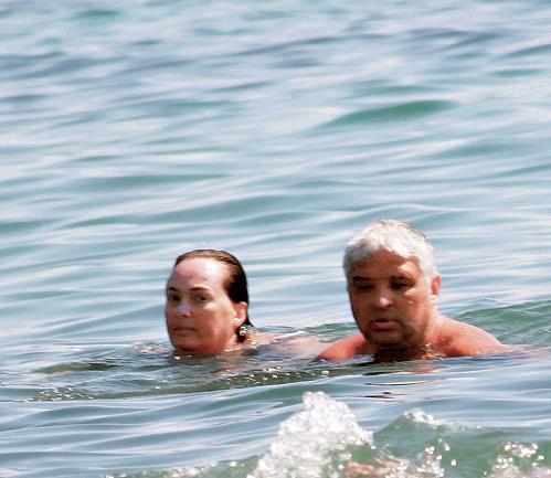 Сентябрьское море порадовало Игоря и Лару теплой водой