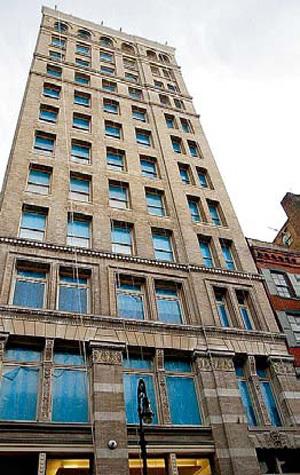 За квартиру на двух последних этажах рок-звезда хочет выручить $45 миллионов. Кстати, по соседству недавно выпрыгнул из окна сын обвиненного в мошенничестве финансиста Бернарда МЭДДОФА - Марк