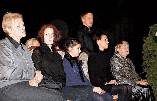 Проститься с кинозвездой пришли все его родные (слева направо): дочь от первого брака Татьяна с дочерью, внучка Ксения, дочь Надежда, зять Алексей КРАВЧЕНКО и жена Мария