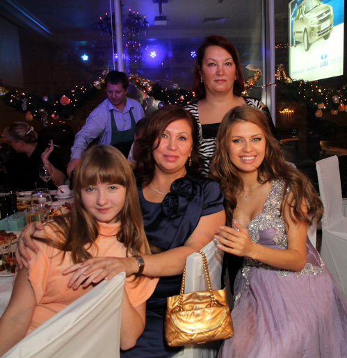 Виктория БОНЯ с семьёй