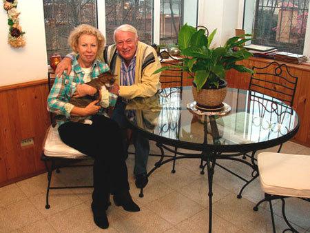 Супруги НОТКИНЫ со своей любимицей - кошкой Марусей. Мурлыку Ирине подарили охранники коттеджного поселка, отбив её у бродячих собак
