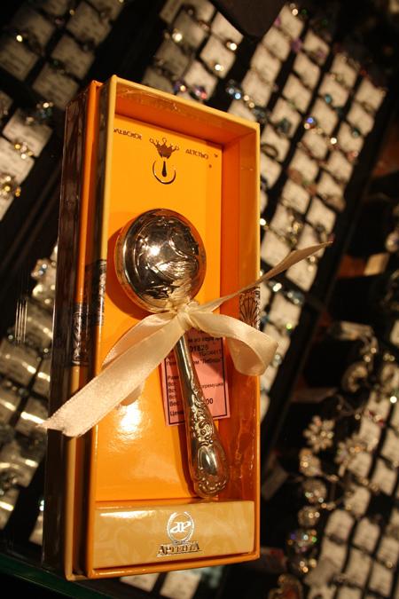 Певец выбрал эксклюзивную серебряную погремушку за 50 000 рублей.